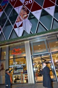 """Roland Förster und Ilona Arndt """"Öffnen"""" das 15. Türchen des Kunstadventskalenders an der Jumeirah/MyZeil-Fassade in Frankfurt/Main"""