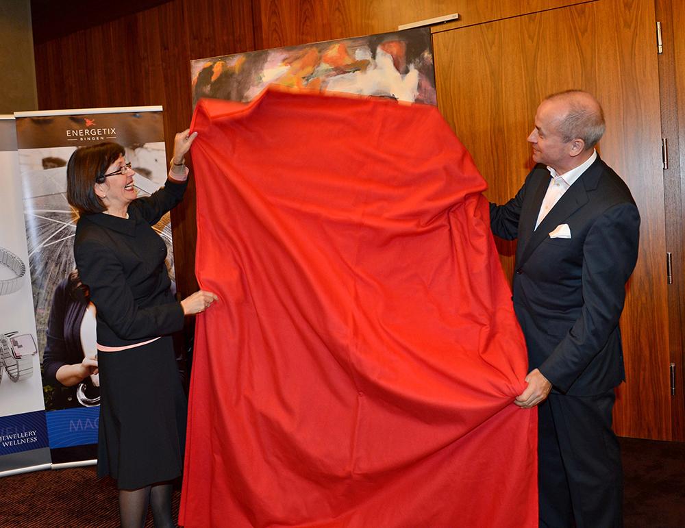 Ilona Arndt und Roland Förster enthüllen gemeinsam das Kunstwerk